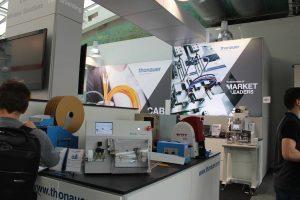 Thonauer demonstrierte in Linz sein breites Löungsportfolio zur Kabelbearbeitung – u.a. mit der Zeta 630 zur vollautomatisierten Kabelsatzfertigung, mit der Red Dot Award-prämierten Mira 230 sowie mit dem erstmals gezeigten Prozess des Ultraschallverdichtens.