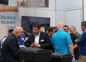 Messeplausch am SPÖRK-Stand: Wolfgang Schwarz, Geschäftsführer von SPÖRK Antriebstechnik, mit Thomas Lutzky, Geschäftsführer von Phoenix Contact.