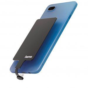 Mit dem flachen Induktiv-Ladeadapter von Hama lässt sich die kabellose Ladefunktion fürs Smartphone einfach nachrüsten.