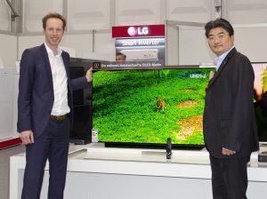 Auf ausgewählte 4K TVs gibts bis zu 500 Euro Cashback retour – im Bild CE-Director Andreas Kuzmits und Managing Director Chan Yoon Woo bei der Präsentation der neuen OLED TVs bei der kürzlich stattgefundenen Baytronic Hausmesse.