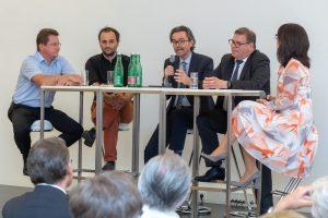 Diskutierten am Podium über die Machbarkeit der Energiewende (v.l.n.r.): Hans Auer (TU Wien, Institut für Energiewirtschaft), Florian Maringer (GF Dachverband Erneuerbare Energie Österreich), Franz Strempfl (GF Energienetze Steiermark), Erwin Raffeiner (GF Sprecher Automation GmbH) und Moderatorin Sylvia Reim.