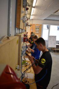 Die eigene EM-Lehrwerkstätte ist ein wesentlicher Teil des Ausbildungskonzeptes des erfolgreichen Familienbetriebes Elektro Müller. Mit einem dualen Ausbildungssystem setzen sie auf die Vermittlung von Theorie ebenso wie auf die praktische Umsetzung.