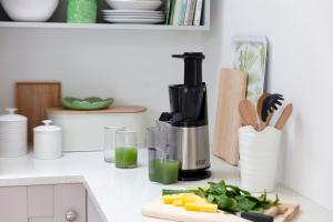 Mit dem neuen Slow-Juicer ermöglicht Russell Hobbs die einfache und schonende Zubereitung von gesunden Säften.