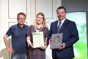 Petra Spatt, Managerin für CSR und Nachhaltigkeit bei Rexel Austria, und Karl Zenz, Geschäftsfeldleiter Industrie, nahmen den OÖ Landespreis für Umwelt und Nachhaltigkeit von LR Rudi Anschober (li.) entgegen.