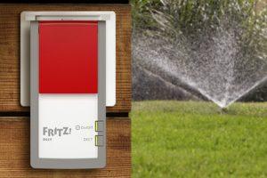 Die intelligente Steckdose FRITZ!DECT 210 verfügt über einen Spritzwasserschutz und ist damit für den Betrieb im Außenbereich perfekt ausgestattet.