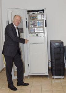 Suntastic.Solar-GF Markus König mit dem neuen Ecocoach-Großspeicher samt USV am Firmensitz.
