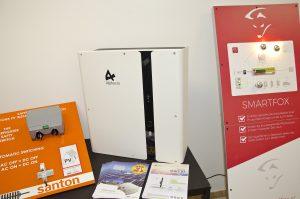 Neben dem Großspeicher präsentierte Suntastic.Solar eine Reihe weiterer Produkthighlights – vom Energiemanagementsystem Smartfox über den Feuerwehrschalter von Santon bis hin zum preislich äußerst attraktiven PV-Speicher SMILE-B3 von Alpha ESS.