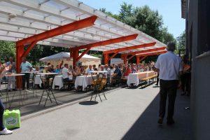Viele Kunden und langjährige Freunde des Hauses, Mitarbeiter und auch Prominenz aus Politik, Wirtschaft und Kultur, folgten der Einladung zum Jubiläums-Sommerfest Anfang Juli bei Expert Tisch in Feld am See. (Alle Bilder: Expert)