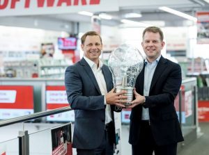 Im Bild von links: Switch GF Christian Ammer und Marc Oliver Klemm, Chief Services & Solutions Officer bei MediaMarktSaturn Österreich. (Bild: Media-Saturn)