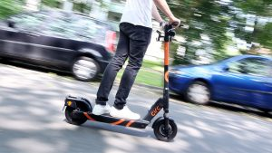 Seit E-Scooter in vielen Städten das Stadtbild prägen, häufen sich auch die Unfälle damit. Ein neu gegründetes Technisches Komitee der internationalen elektrotechnischen Standardisierungsorganisation IEC soll nun einheitliche Normen für die beliebten Flitzer entwickeln.