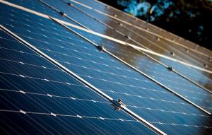 Sommerzeit ist Erntezeit für Sonnenstrom: Für Betreiber von Photovoltaikanlagen sind lange Sonnentage – sogar Hitzewellen – gute Nachrichten.