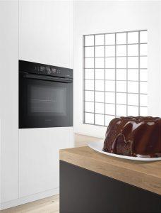 """Bosch Hausgeräte wird auf der IFA seinen ersten Sensor- Backofen der Serie 8 vorstellen. """"Dieser sagt vorher, wann Kuchen oder Braten fertig sein werden und berücksichtigt dabei die individuelle Zubereitung des Gargutes im Backofen"""", wie der Hersteller verspricht."""
