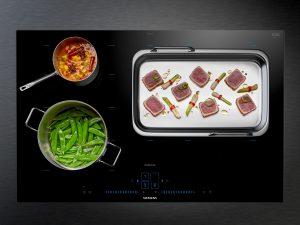 Das minimalistische iQ700 Kochfeld mit activeLight verzichtet auf sichtbare Bedienelemente imd ersetzt diese durch blaues Licht. Erst wenn das Kochfeld aktiviert wird, erwacht der schwarze Glasscreen zum Leben.