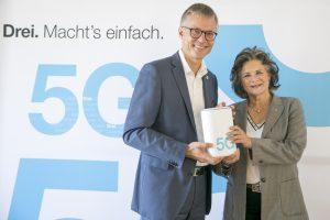 Jan Trionow, CEO Drei, und Hedi Wechner, Bürgermeisterin von Wörgl, während der heutigen Pressekonferenz zum Start des 5G-Netzes durch den Betreiber in Wörgl.