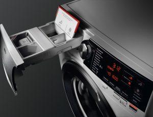 Vorteilsaktion ab August: Käufer einer AEG AutoDose-Waschmaschine können sich bei Registrierung bis zu 100 Euro CashBack und einen Jahresvorrat an OMO Flüssigwaschmittel sowie Comfort Weichspüler sichern.