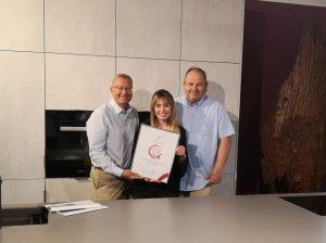 HAKA Küchen wurde mit dem market Quality Award ausgezeichnet. Im Bild von links nach rechts: Dr. Werner Beutelmeyer vom market Institut, Anna Richter und Gerhard Hackl von HAKA Küche. (Bild: HAKA Küche GmbH)