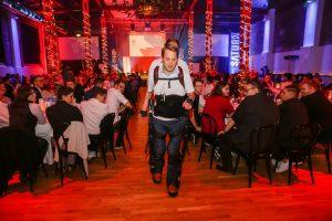 Special Guest des Abends war Gregor Demblin. Und dass er tatsächlich stand, verdankt der querschnittsgelähmte Jungunternehmer einem Exoskelett. (Fotos: MediaMarktSaturn)