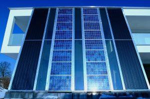 Die Elektro- und PV-Branche steht einer Solarverpflichtung für Bundesgebäude grundsätzlich positiv gegenüber, mahnt jedoch, dass dies nur ein erster Schritt in Richtung Klimaziele sein könne.