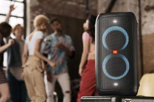 Mit der PartyBox 100 bietet JBL auch eine kompakte, mobile Ausführung seines neuen Party-Lautsprechers.