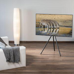 Hama stellt zur diesjährigen IFA in Berlin einen TV-Bodenständer im Staffelei-Design vor, der sich unauffällig ins Wohnambiente integriert.