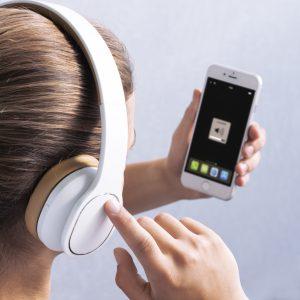 """Der Bluetooth-Kopfhörer """"Touch"""" von Hama bringt guten Sound ins und intuitive Touchbedienung ans Ohr."""