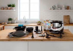 Profiwerkzeugkasten für die Küche: Ob Raspeln, Kneten, Zerkleinern oder Dampfgaren – das mitgleieferte Zubehör lässt diese Arbeiten leicht von der Hand gehen.