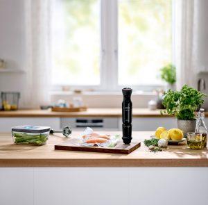 Das neue ErgoMixx Vakuum-Frischhaltesystem von Bosch verwandelt jeden Bosch ErgoMixx Stabmixer mit nur einem Klick in ein leistungsstarkes Vakuumiersystem. Die passenden Bosch Vakuum-Frischhaltedosen und wiederverwendbare Frischhaltebeutel sorgen für lange Frische und einfache Lagerung.