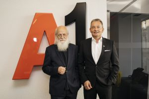 Prof. Dr. Rudolf Bretschneider (ehemaliger GfK Austria Geschäftsführer) und Marcus Grausam, CEO A1 Telekom Austria, präsentierten heute die 20. A1 Social Impact Studie zur Mobilkommunikation in ÖSterreich.