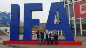 TFK hat dieses Jahr gleich zu zwei MEssereisen zur IFA geladen. Hier die Mitglieder der UE-Gruppe vor dem Messeeingang.