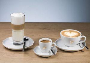 Die Österreicher sind leidenschaftliche Kaffeetrinker: Sie trinken am Tag durchschnittlich drei Tassen Kaffee, das entspricht rund 145 Liter pro Person und Jahr. Auf Platz zwei der Lieblingsgetränke folgt dann erst Wasser. (Bild: Tschibo)