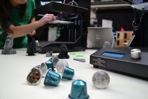 """Im """"Nespresso Upcycling Lab"""" wird gezeigt, wie aus gebrauchten Kapseln etwas Neues entstehen kann. Live am Festival werden nützliche und innovative Gegenstände aus recycelten Nespresso Kapseln gedruckt. (Bild: Nespresso)"""