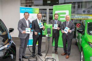 Gerald Auer (li.) und Oliver Wieser (2.v.re.) vom Autohaus Vogl freuen sich mit Energie Steiermark-Vorstand Christian Purrer (re.) und Vertriebschef Josef Landschützer über die neue Kooperation in Sachen E-Mobilität.