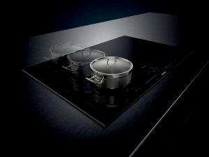 Siemens zeigt die Zone light Kochstelle, welche vollständig auf eine Bedruckung verzichtet und durch intelligente Technik intuitives Kochen ermöglicht.