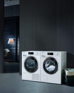 Über die Funktion Wäschenachlegen, können sowohl bei der Waschmaschine als auch beim Trockner bis kurz vor Ende des Programms noch Wäschestücke nachgelegt werden – und zwar über die gesamte Tür. Praktisch, um einzelne Stücke beispielsweise nur zum Spülen oder Schleudern in die Waschtrommel zu geben. Die Unterbrechung des Programms erfolgt entweder über das Display oder die App, die zudem anzeigt, wann ein Wäschenachlegen möglich ist. (Bild: Miele)