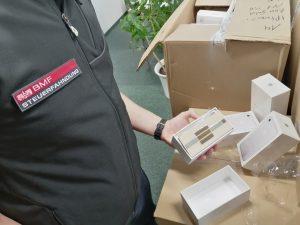 Ziegelbruchstücke statt iPhones fanden Steuerfahnder bei der Durchsuchung eines Handyshops im 3. Wiener Gemeindebezirk. Die Ermittler waren einem Umsatzsteuerbetrug auf der Spur.