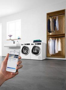 Nach den EFHT hat Bosch die neuen Wäschetrockner und Waschmaschinen der Serie 8 und Home Professional nun auch offiziell vorgestellt. Für das richtige Programm beim Trocknen holt sich der WTX87E90 via Home Connect die notwendigen Daten von der Bosch Waschmaschine WAX32E90.