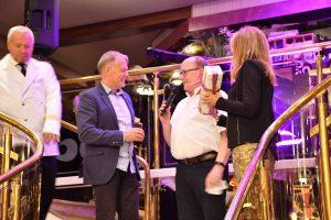 """Der 22. """"Zac of the year"""" ging an Jura. GF Andreas Hechenblaikner nahm die Auszeichnung von Red Zac Vorstand Peter Osel entgegen. (Foto: D. Schebach)"""