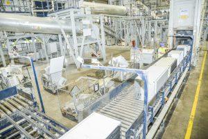 Die Kühlgeräte werden im Dreischicht-Betrieb verwertet. Die Anlage kann dabei sowohl FCKW- als auch KW-haltige Kühlgeräte im Mischbetrieb verarbeiten.