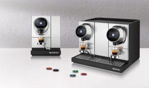 Rechts im Bild die Die Nespresso Momento 200 mit zwei Brüheinheiten. Links im Bild die Nespresso Momento 100 mit einem Brühkopf.