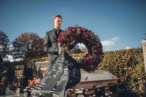 Mit einem Trauerzug, in dem Wirtschaftlichkeit, Qualität, Service und Wert symbolisch zu Grabe getragen werden, möchte Roman Kmenta auf den Rabattwahnsinn in Form von Black Friday&Co aufmerksam machen. (Foto: Mario Pampel)