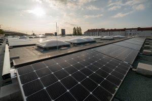 Insgesamt umfasst die neue Solaranlage von Drei 4000 Quadratmeter Dachfläche und verfügt über eine Spitzenleistung von 411 KW. Die erzeugte Energie wird direkt im eigenen Rechenzentrum des Unternehmens verbraucht.