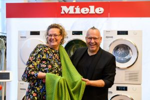 Am 1. Oktober fand der erste Miele Wäschepflege Workshop bei dem österreichischen Modemacher Juergen Christian Hoerl in Wien statt. Auch Miele GF Sandra Kolleth war dabei. (Foto: Miele)