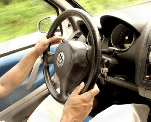Scheinbar sind sich nicht alle der Tragweite der Tatsache bewusst, dass man in vielen Situationen das Gesicht seines Arbeitgebers ist, vor allem wenn man in einem gebrandeten Dienstauto herumfährt. (Bild: www.helenesouza.com/ pixelio.de)