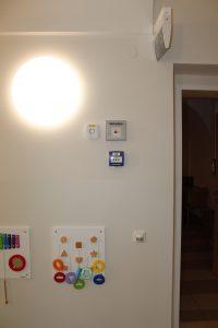 In jedem Abschnitt wurden gut sichtbar und außerhalb der Reichweite von Kindern der Ei450 Alarmcontroller und der Ei407A Notwarnknopf zum manuellen Auslösen eines Alarms montiert.