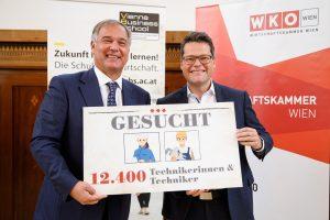 WKW-Präsident Walter Ruck (li.) und Bildungsstadtrat Jürgen Czernohorszky präsentierten plakativ die Kernaussage der im Zweijahresrhythmus durchgeführten Studie.