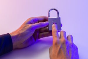 Das neue Vorhangschloss ABUS Touch macht dank Fingerprint-Sensor den Schlüssel überflüssig.