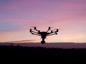 Die Arbeit mittels Drohnen ist oft schneller, günstiger und zuverlässiger als herkömmliche Methoden, weshalb die Drohnentechnologie aus vielen wirtschaftlichen Bereichen nicht mehr wegzudenken ist, wie Experten sagen. (Bild: Sven Löffler/ pixelio.de)