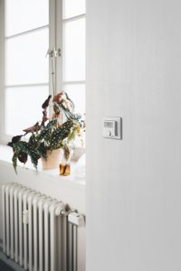 Aus dem eigenen Haus: Für mehr Effizienz beim Heizen soll der neue Funkthermostat von Bosch sorgen. Dank kabelloser Stromversorgung und Funkverbindung lässt sich das Raumthermostat flexibel im Raum montieren.
