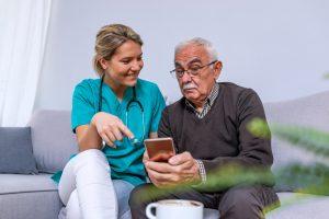 Eine Überwachung oder Kontrolle über das Smartphone akzeptieren Senioren nur dann, wenn sie durch medizinisches Fachpersonal erfolgt.