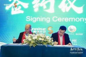 Markus König, CEO von Suntastic.Solar, und Qinghua Yuan, CEO von Sunrise Energy, bei der Unterzeichnung des Distributionsvertrags für den deutschsprachigen Raum.